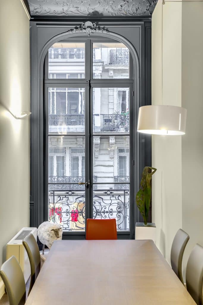 Rénovation des peintures et des parquets dans de magnifiques bureaux avec une très belle hauteur sous plafond moulures et corniches
