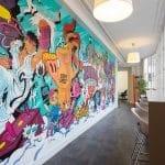 Fresque murale et parement en briques dans une startup