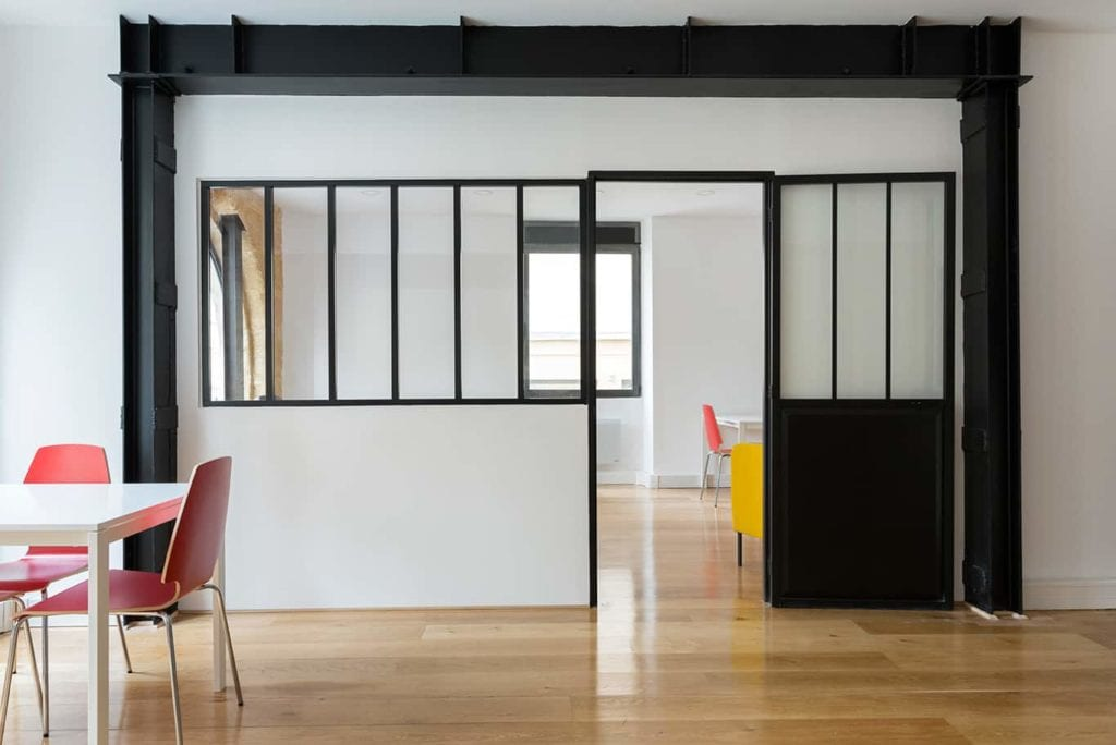 Rénovation des bureaux dune startup abattage dune cloison pour mettre une verrière pose dun parquet travaux délectricité et mise en peinture des