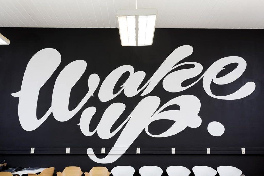Fresques sur-mesure sur mur et panneaux publicitaires
