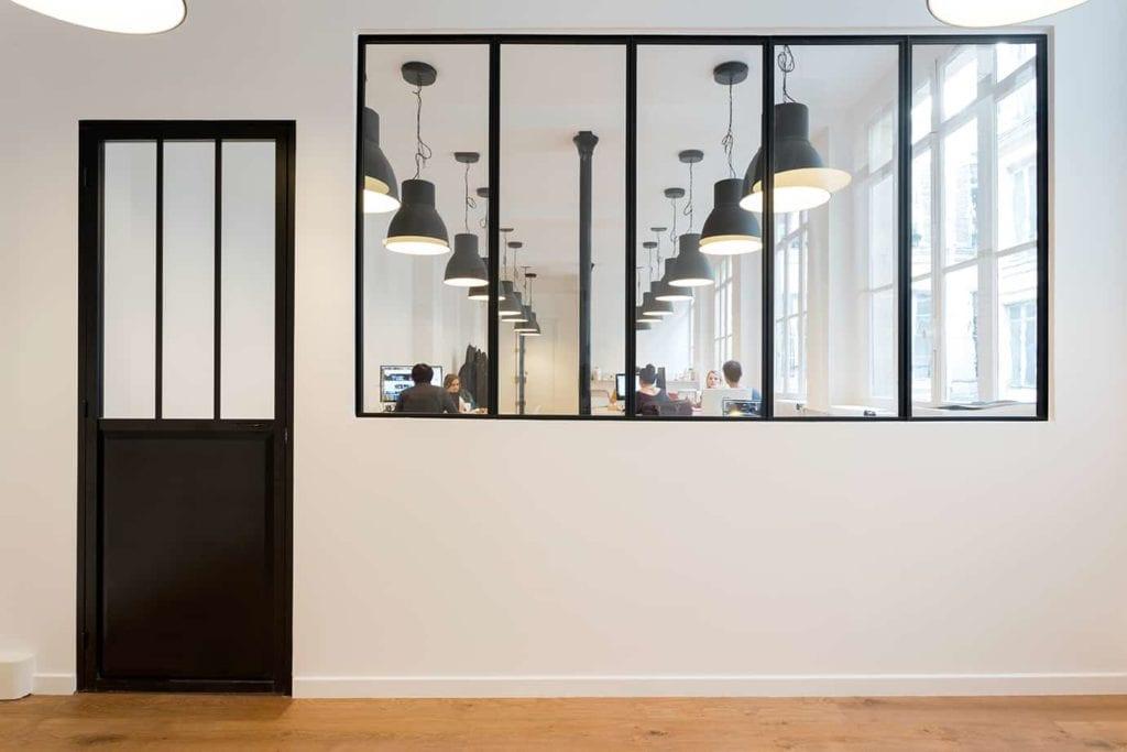 Pose de verrière et peinture dans des bureaux