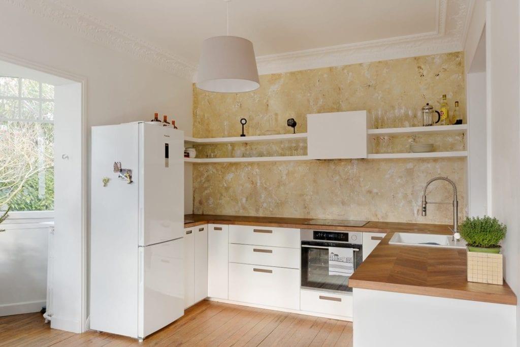 Rénovation de cuisine avec mur vieilli