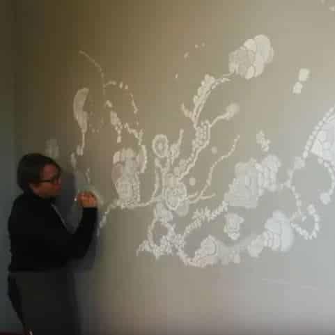 Fresque poétique au Posca blanc chez un particulier