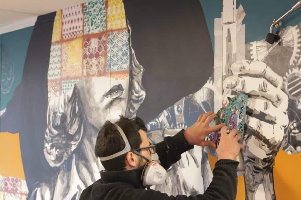 Fresque patchwork colorée dans une startup