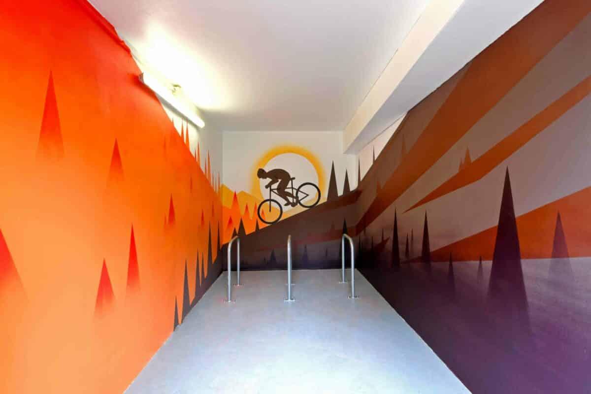 En 2021, Palm a réalisé 12 fresques pour 1001 Vies Habitat dans des garages à vélos.